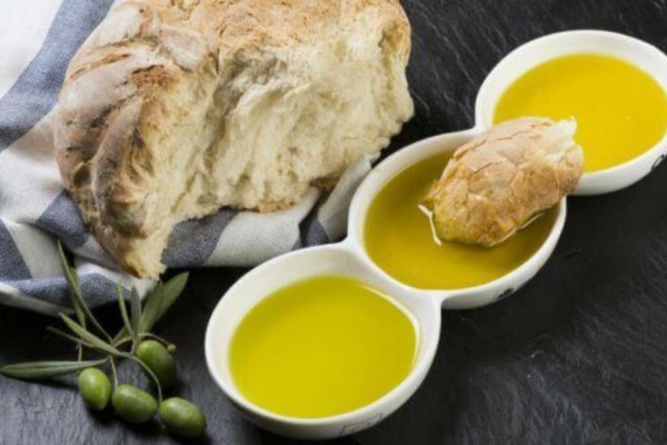 Έτρωγε καθημερινά μια φέτα ψωμί βουτηγμένη σε ελαιόλαδο - Ένα μήνα μετά...