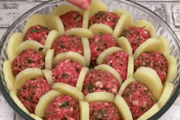 Σφηνώνει πατάτες ανάμεσα στον κιμά και ρίχνει τυρί από πάνω - Το αποτέλεσμα είναι μια πανδαισία γεύσεων