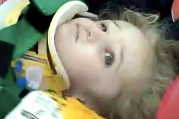 Σεισμός-Σμύρνη: Η ανατριχιαστική στιγμή που 3χρονο κοριτσάκι ανασύρεται ζωντανό μετά από 65 ώρες! (Video)