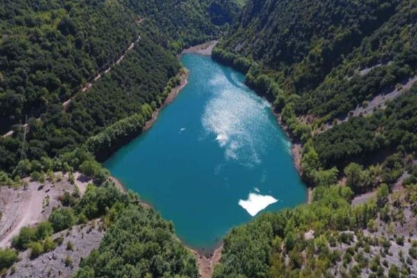 """Στεφανιάδα: Η """"νεαρότερη"""" λίμνη της Ελλάδας δημιουργήθηκε από μια… κατολίσθηση – Τοπίο σαν… πίνακας ζωγραφικής!"""