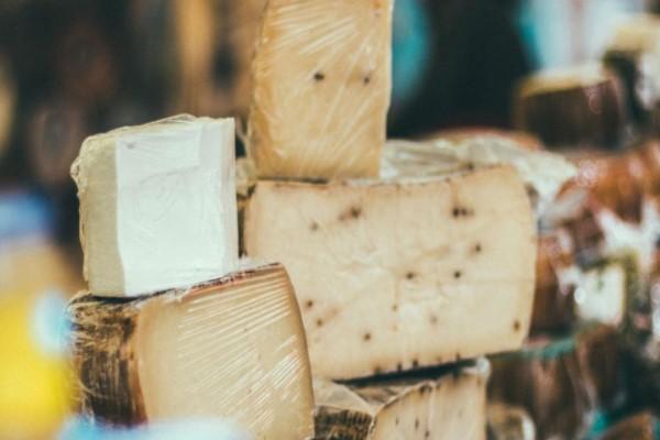 Αυτός είναι ο λόγος που δεν πρέπει να τυλίγετε το τυρί σε διάφανη μεμβράνη