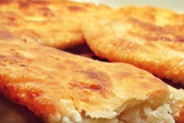 Κορυφαία τραγανή τυρόπιτα με φέτα και άλλα 3 τυριά