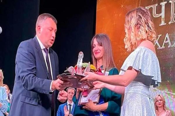 Δασκάλα βραβεύτηκε με το πιο παράξενο βραβείο - Είχε σχήμα... (βίντεο)