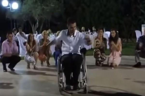 31χρονος άνδρας χορεύει ζεϊμπέκικο με αναπηρικό καροτσάκι: Το βίντεο που θα σας ραγίσει την καρδιά!