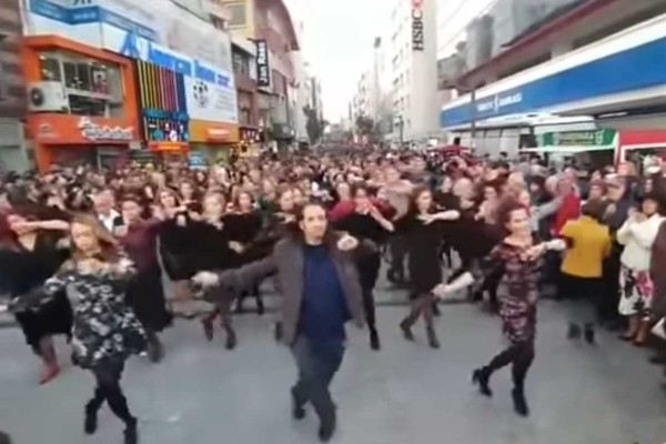 Οι λαοί δεν έχουν τίποτα να χωρίσουν: Εκατοντάδες Τούρκοι χορεύουν το πιο συγκινητικό ζεϊμπέκικο για χάρη των Ελλήνων