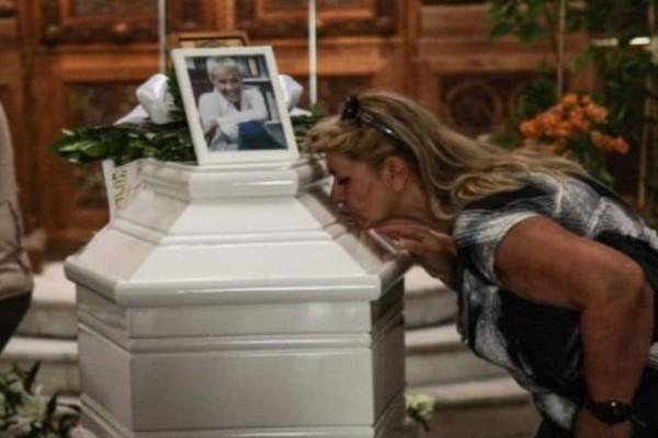 Χαμός στο μνημόσυνο της Ζωής Λάσκαρη: Θα κλάψετε!