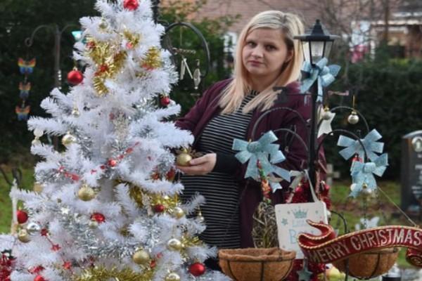 Μητέρα που πενθεί τον θάνατο του γου της έβαλε ολόκληρο χριστουγεννιάτικο δέντρο στον τάφο του! Τώρα συμβαίνει κάτι το τραγικό!