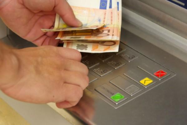 ΣΟΚ για 24.000 ευρώ Έλληνες μπροστά από τα ΑΤΜ - Μεγάλη προσοχή, μπορεί να την πάτησες κι εσύ!
