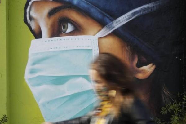 Κορωνοϊός: Πώς μεταδίδεται με την ομιλία ή την αναπνοή σε εσωτερικούς χώρους