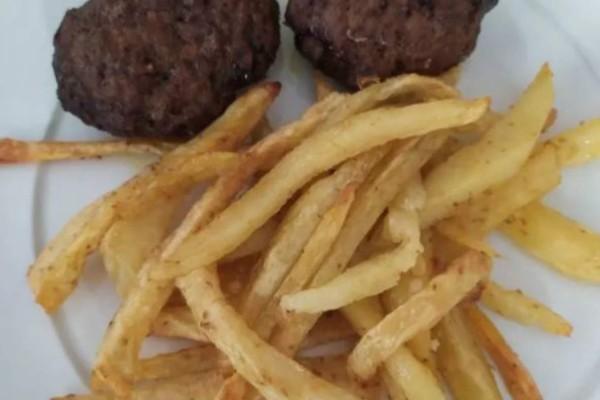 Αφράτα μπιφτέκια με πατάτες φούρνου σαν τηγανητές