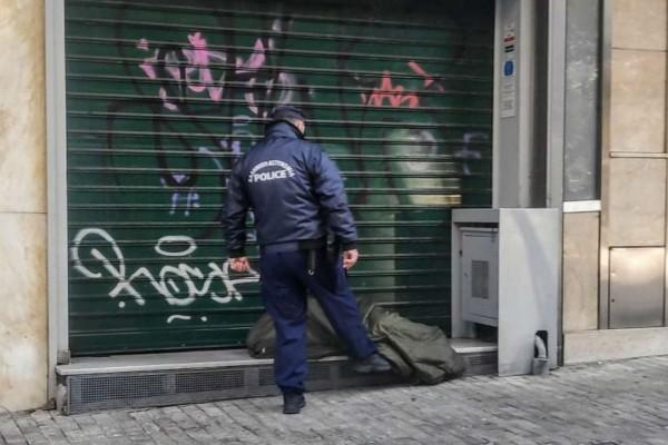 Οργή, ντροπή & αίσχος! Αστυνομικός σκουντάει με το πόδι άστεγο στην Ερμού (photos)