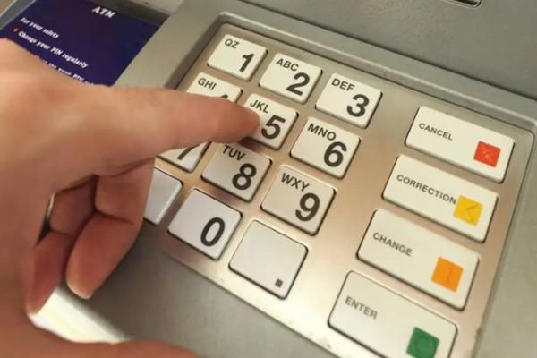 Σοκ στα ΑΤΜ - Τι θα συμβεί αν αλλάξετε PIN στην κάρτα; Μην το κάνετε ποτέ!