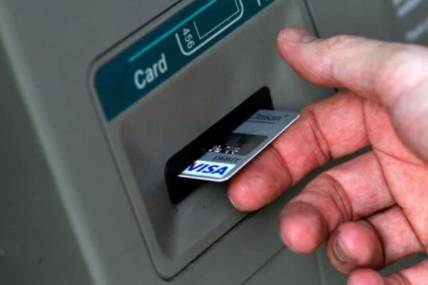 Βίντεο σοκ: Δείτε πως κλέβουν κάρτες, μετρητά και pin στα ΑΤΜ, χωρίς να καταλάβουμε τίποτα!