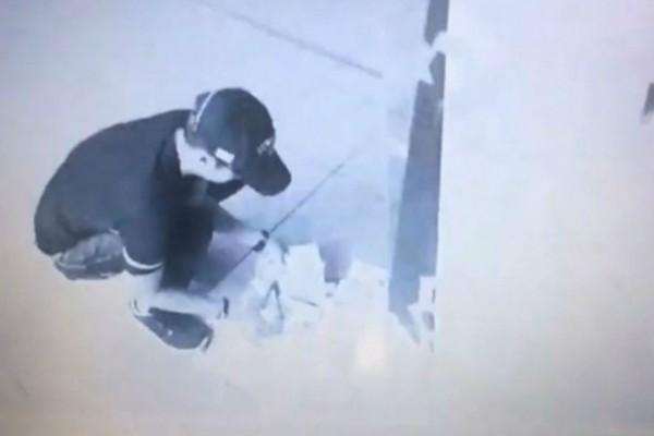 23χρονος πήγε να κάνει ανάληψη σε ΑΤΜ και δεν σταμάταγε να βγάζει χαρτονομίσματα - Στη συνέχεια... (Video)
