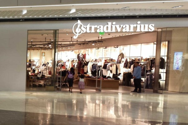Stradivarius: Αγοράστε το απόλυτο φόρεμα μόνο με 4,99 ευρώ