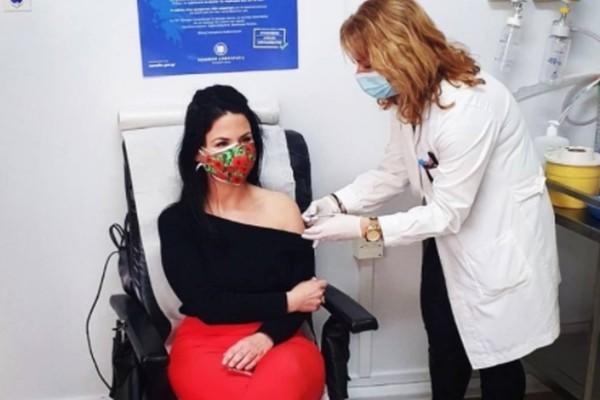 Σάλος με την προτεραιότητα για τους εμβολιασμούς! Γιατί το έκαναν σε σύζυγο Υπουργού; Έντονες αντιδράσεις!