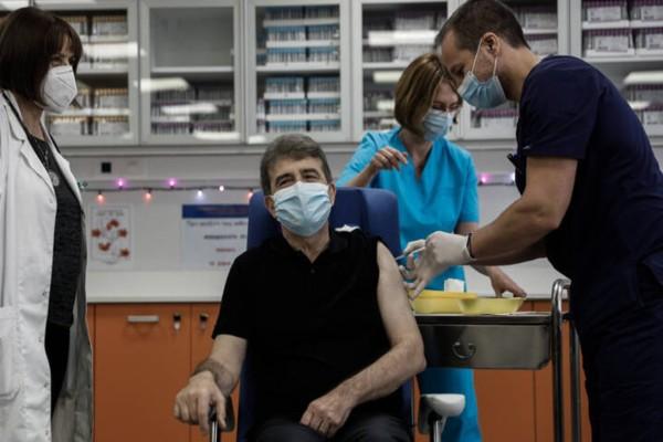 Κορωνοϊός: Εμβολιάστηκε στον