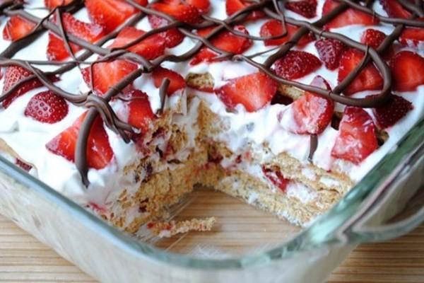 Γλυκό ψυγείου με μπισκότο και φράουλες σκέτη αμαρτία!