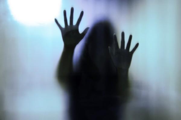 Σοκ στη Ρόδο: Διεμφυλική ζούσε κλεισμένη σε μία τρώγλη σε άθλιες συνθήκες