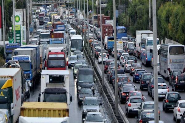 Σύγκρουση οχημάτων στη λεωφόρο Αθηνών - Αυξημένη κίνηση
