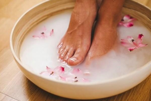 Ξύνετε μόνιμα τα δάχτυλα των ποδιών σας; Βάλτε νερό με μαγειρική σόδα και θα πάθετε πλάκα