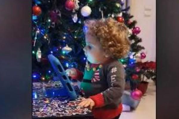 Ο μικρός Παναγιώτης Ραφαήλ μας στέλνει ένα φιλί για Χρόνια Πολλά και Καλά Χριστούγεννα!