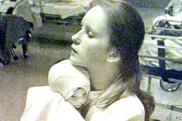 Το 1977 έσωσε ένα μωρό από τις φλόγες - 43 χρόνια αργότερα βλέπει μια φωτογραφία στο Facebook και... (Video)