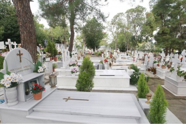 Κάρπαθος: Μεγάλο πάρτι πραγματοποιήθηκε για τον Άγιο Νικόλαο σε... νεκροταφείο