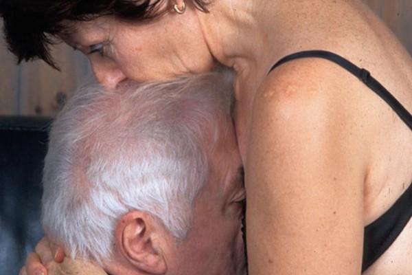 Νύφη έπιασε στα πράσα τον πατέρα της με την πεθερά της και έγινε...