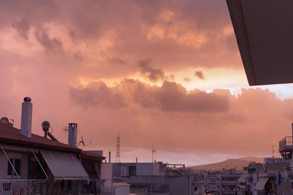 Απόκοσμες εικόνες: Το σπάνιο φαινόμενο στον ουρανό της Αθήνας