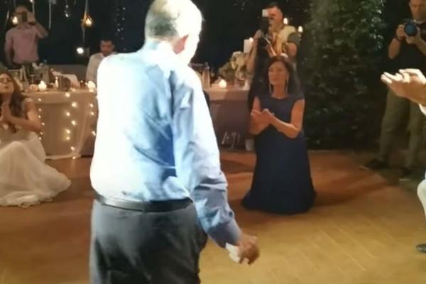 Παππούς χορεύει ζεϊμπέκικο και κάνει τους πάντες να...