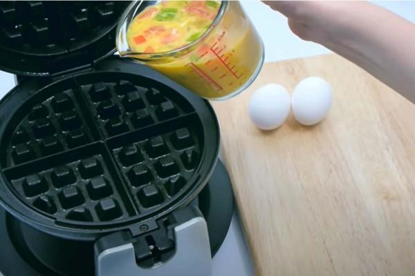 Ανακάτεψε αυγά, ντομάτα, πιπεριά και τα έριξε στη βαφλιέρα - Το αποτέλεσμα; Θεϊκό