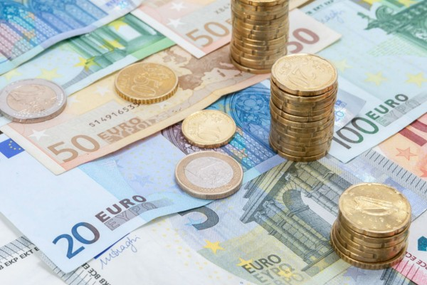 Aυξήσεις στους μισθούς και τις συντάξεις: Ποιους αφορά & πόσα χρήματα θα δουν