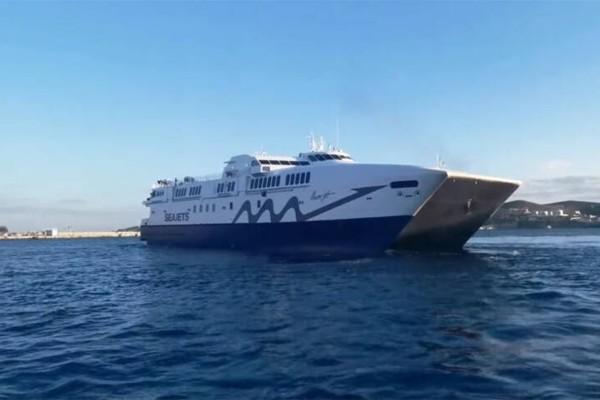 Σύρος: Αντίο στο 2020 με εντυπωσιακές περιστροφές και κόρνες από καπετάνιο