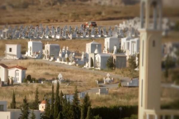 Μακάβριο λάθος: Πήγαν να θάψουν τον πατέρα τους στον οικογενειακό τάφο και βρήκαν μέσα... (Video)