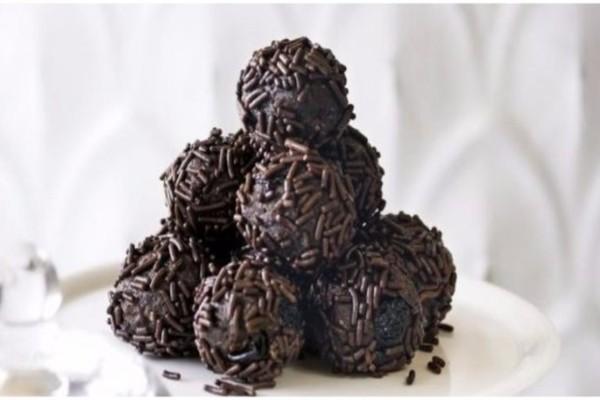 Πεντανόστιμα τρουφάκια σοκολάτας με μόνο 4 υλικά!