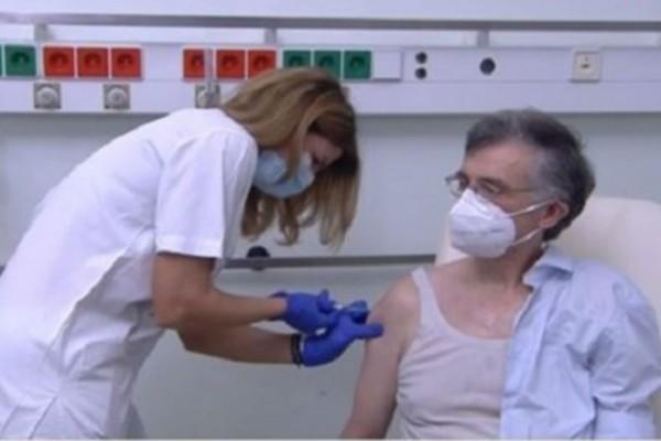Κορωνοϊός: Εμβολιάστηκε ο Σωτήρης Τσιόδρας - «Δεν ήρθε το τέλος ακόμα» (Video)