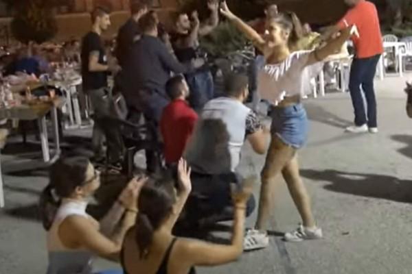 Νεαρή κοπέλα χόρεψε ζεϊμπέκικο και έκανε τους άντρες να... γονατίσουν