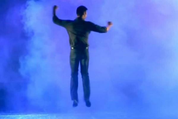 «Τρελό» ζεϊμπέκικο: Άνδρας ξεκινάει τον χορό και τρελαίνει το Youtube με τις 1.295.810 προβολές (Video)