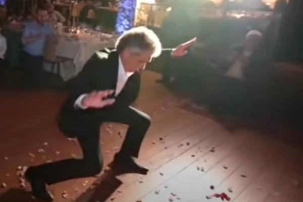 Μερακλής πατέρας χορεύει ζεϊμπέκικο στο γάμο της κόρης του και