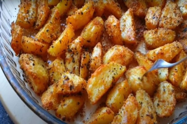 Πεντανόστιμες, τραγανές & πικάντικες πατάτες φούρνου!