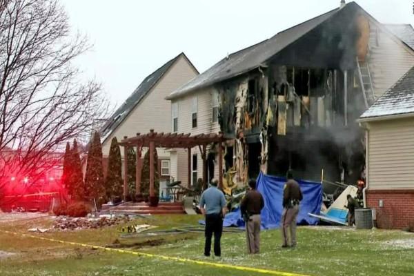 Συναγερμός στις ΗΠΑ: Μικρό αεροπλάνο έπεσε σε σπίτι - Σκοτώθηκαν τρία άτομα