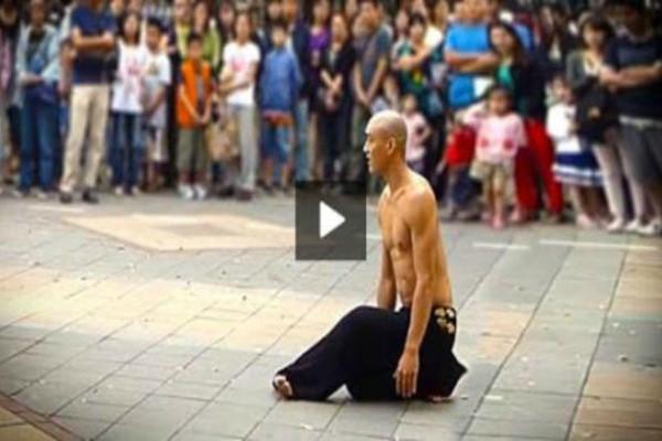 Στην αρχή νομίζαμε ότι ήταν ένας συνηθισμένος ακροβάτης του δρόμου - Ο άνθρωπος όμως είναι από άλλο πλανήτη (Video)