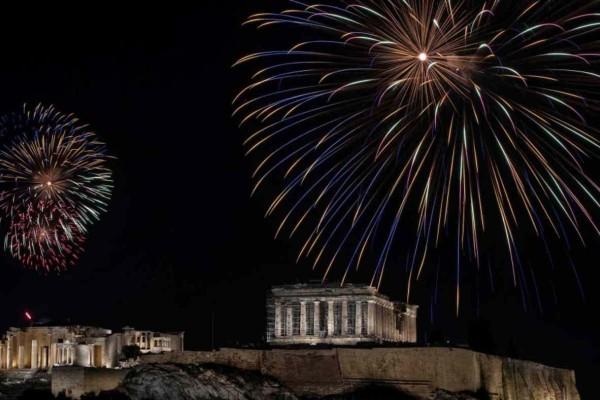 Κορωνοϊός: Άδεια πόλη η Αθήνα στην αλλαγή του χρόνου - Πλάνα από μια Πρωτοχρονιά που κανείς δεν περίμενε