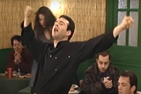 Θανάσης Ευθυμιάδης: Η ζεμπεκιά του Καλούδη που «έγραψε ιστορία» στην ελληνική τηλεόραση (Video)