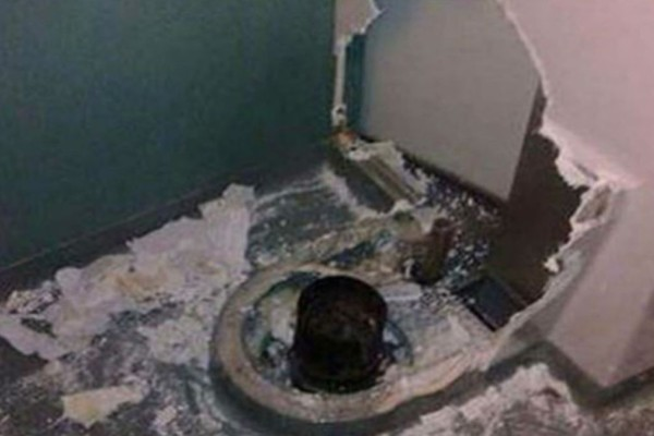 Του έπεσε το κινητό στη λεκάνη της τουαλέτας του τρένου, αλλά αυτό ήταν μόνο η αρχή του κακού…