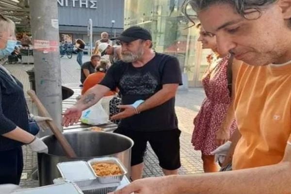 """Ο """"άλλος άνθρωπος"""": Ο αφανής ήρωας που μαγειρεύει καθημερινά 2.000 μερίδες φαγητού για όσους έχουν ανάγκη"""