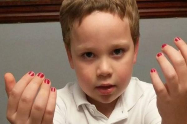 Μητέρα εξομολογείται: «Γιατί ενθαρρύνω τους γιους μου, να βάφουν τα νύχια τους»