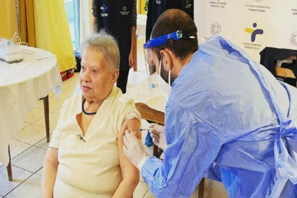 Κορωνοϊός: Αυτή είναι η 95χρονη που έλαβε πρώτη το εμβόλιο σε οίκο ευγηρίας