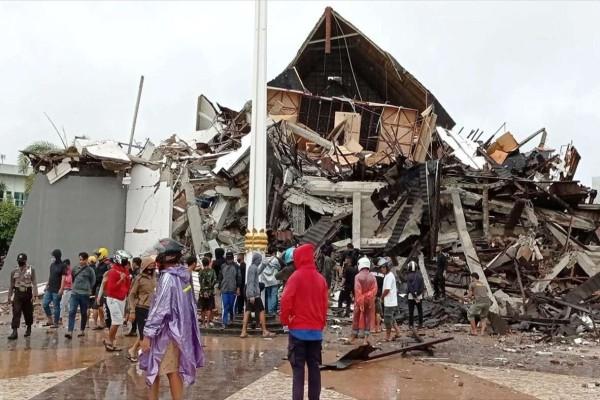 Σεισμός στην Ινδονησία: Σοκάρουν οι εικόνες από τη στιγμή που χτυπά ο εγκέλαδος (video)